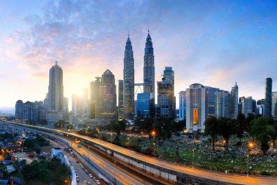 次の旅行先に、旅行のテーマ、いつも悩みますよね。憧れのホテル、美味しい現地グルメ、異文化との交流。旅行には非日常が溢れています。本日は、人気都市のおすすめスポットや体験をまとめてみました。シンガポールでの旅行プランのアイディアを10選お届けします。次の旅のヒントが見つかりますように。 シンガポールのシンボル、