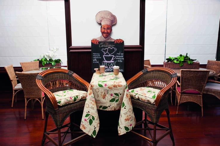 Nada mejor para empezar un buen día que un delicioso capuchino en la elegancia de una mesa en Blend ABS-