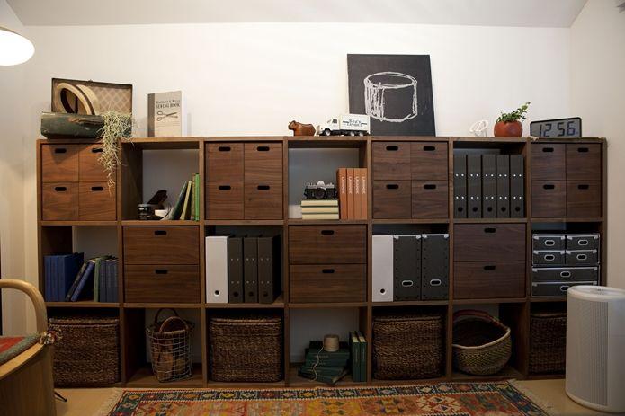 3段×9列あるシェルフの棚は、すべてを収納に使うのではなく、ところどころをディスプレイスペースとして活用して圧迫感を無くしましょう。収納ばかりにせず雑貨を飾ることで、生活感がなくなります。MUJI
