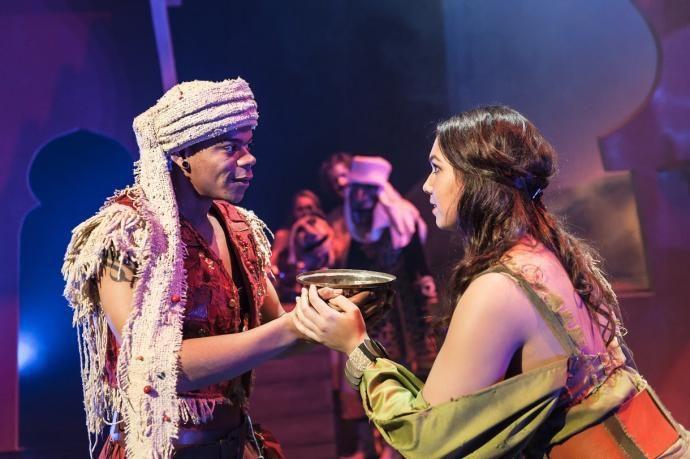 Hier zie je Ali Baba met Morgiana, een vrouw die vaak zijn leven heeft gered en de oude slavin van zijn broertje is.
