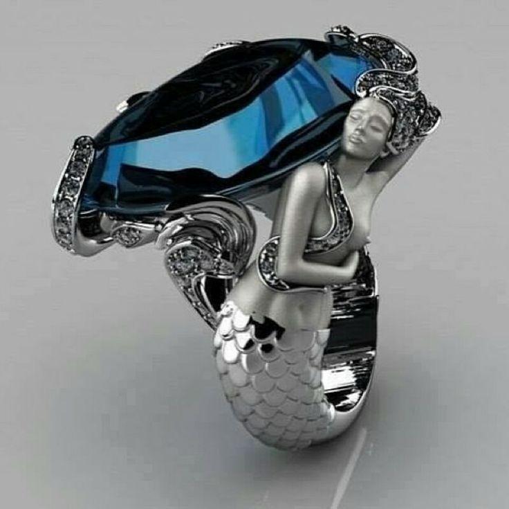 anillo con forma de una sirena y una piedra sobre ella