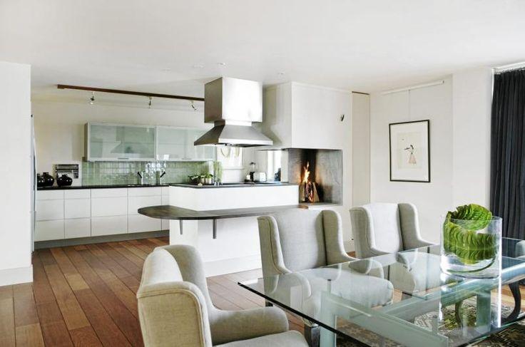 Spisebordet fra Le Corbusier har lyse turkise ben. Spisestuestolene fra Magazin hindrer at miljøet blir kjølig, i tillegg til at de er gode å sitte i gjennom lange herremiddager. Styling: Tone Kroken.