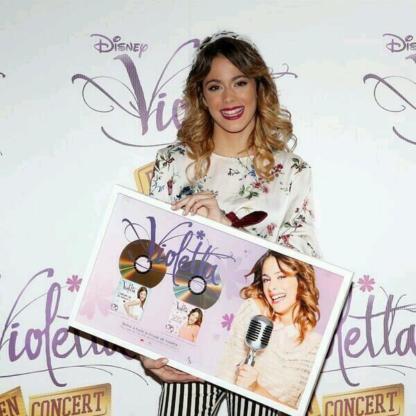 ¡FELICIDADES! Martina Stoessel y el elenco de Violetta consiguen Disco de ORO en Francia!
