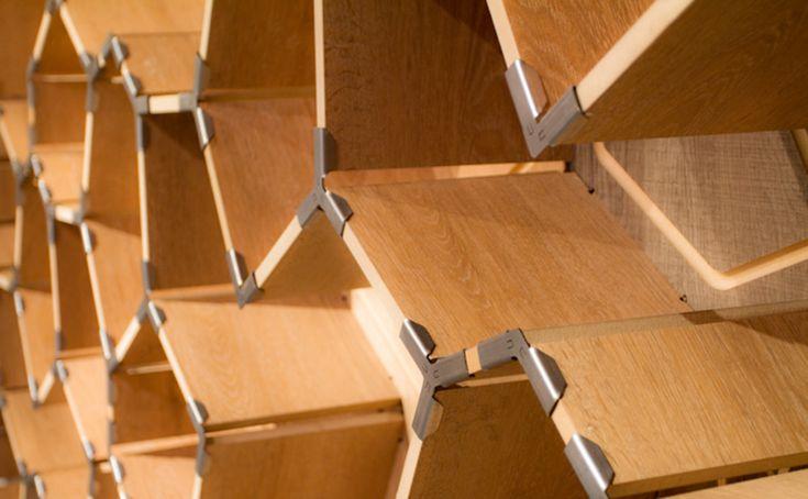 Cracked es un sistema de repisa modular que surge del diseño paramétrico y es ensamblada a partir de piezas regulares de raulí y uniones metálicas plegadas.