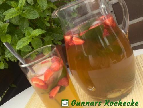 Grüner Iced Tea mit Erdbeeren, Minze und Ingwer
