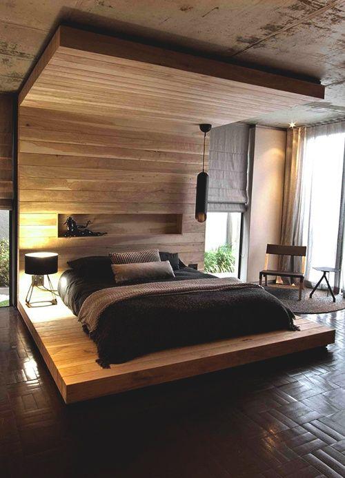 Huima, kattoon asti ulottuva sängynpääty sulkee sisälleen ja vie uneksijan kauas arjesta. #etuovisisustus #makuuhuone