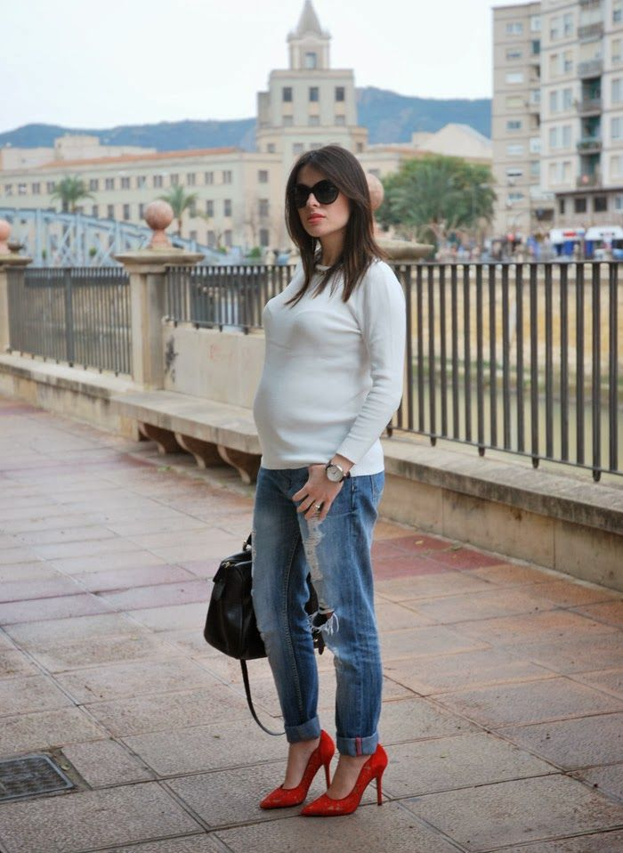 Boyfriend Jeans+ Sweater with Chain. Pregnant Style.