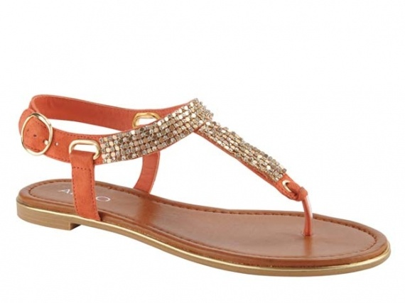 Sandals with bling are just right for a fashionable mom on the move, both comfy & sparkly. #momuniform