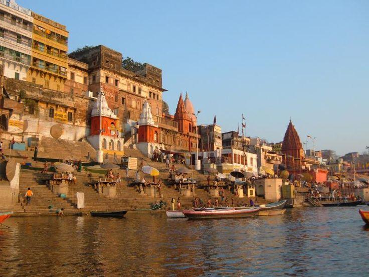 ユーラシア旅行社で行くインドツアー 早朝のガンジス河で沐浴風景をご覧頂きます