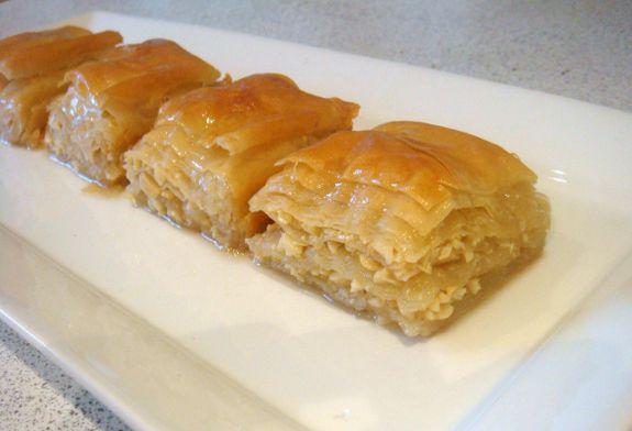 La baklava è un dolce tipico dell'area dei Balcani che può essere preparato in diversi modi tra cui alla greca.