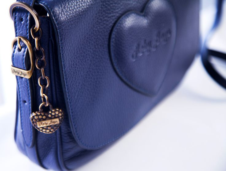 #Capricorno - Reby Tracolla Media La #donna Capricorno è la #regina del minimal #chic. Oggetti di valore e la massima qualità sono il suo mantra. La #borsa ideale per lei è la Reby Tracolla Media, una borsa modello postina che riassume tutta l'eleganza del minimal chic e al momento giusto può adattarsi ad un outfit più sportivo. Reby Tracolla Media la trovi http://rebybags.eu/index.php?id_product=21&controller=product&id_lang=6 #laborsachedesideri #fashion #moda #borse