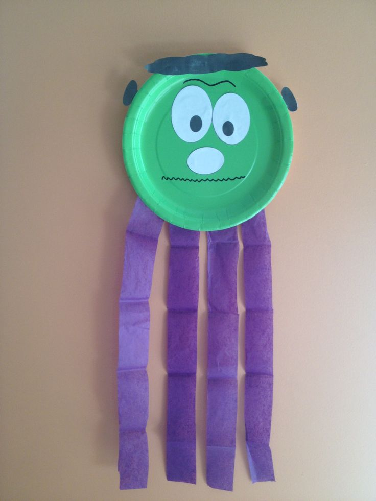 Here's an easy paper plate Halloween activity for pre school or Kindergarten! No paint, no mess :) Green paper plates and purple tissue paper can be bought at any dollar store. Hope you like this idea :) Happy Halloween