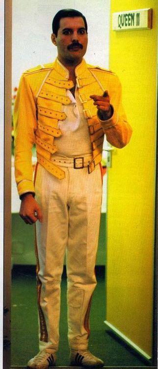 Freddie Mercury. I see you. More #music pics at www.freecomputerdesktopwallpaper.com/wmusicthree.shtml