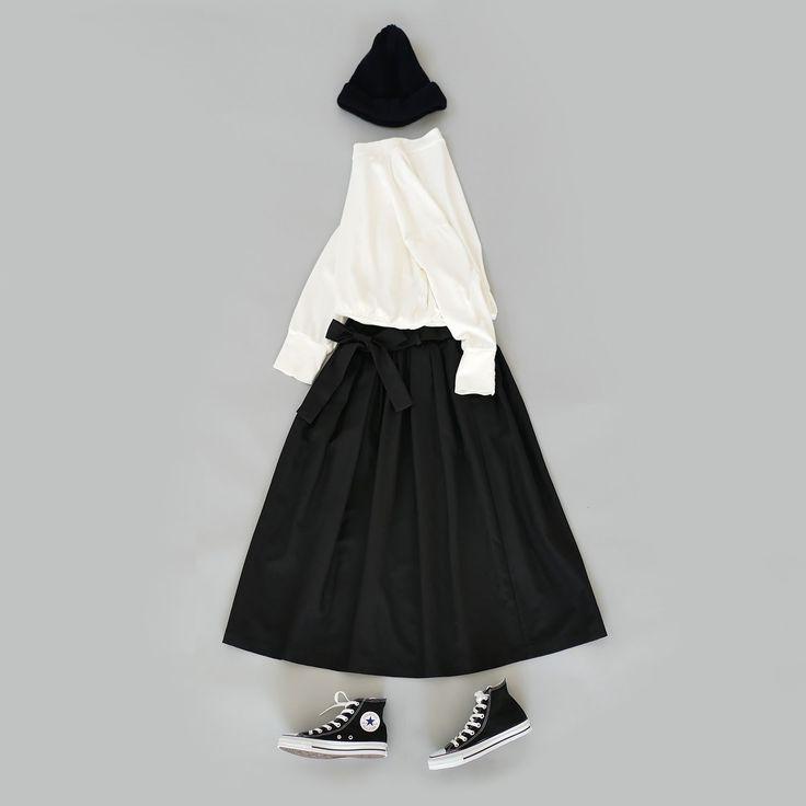 [SI-SI-SI]の定番人気モデルスカートが新入荷。ボリュームたっぷりのギャザーデザインに大ぶりなリボンが女性らしさを存分にアピール。 素材はON・OFFどちらも対応。コットン・キュプラ・リネンを絶妙な配合で混紡。ナチュラルな雰囲気漂うコットン&リネンに、シックなキュプラの光沢感が合わさり、程よく上品な表情を見せるオトナにピッタリの素材。 入学、卒業、結婚式など、オフィシャルなシーンにも活躍するし、トレーナーやスニーカーとも相性の良いワードローブのひろいマルチなアイテム。ブラックとベージュの2カラー展開。