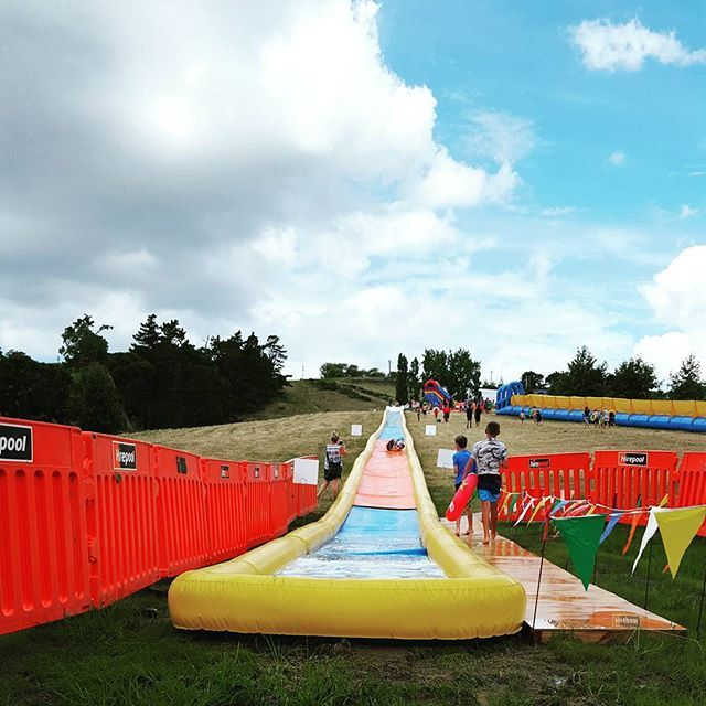 Who can resist a 100m long waterslide? Not us. Read my review of our trip to the Wet & Wild Popup Waterslide Park in Silverdale.