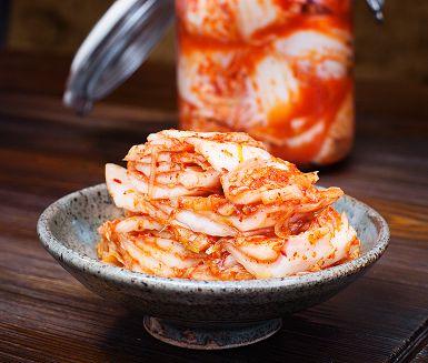 Misstr�sta inte om ditt f�rsta f�rs�k att g�ra egen koreansk kimchi inte blir perfekt. Doftar den och ser bra ut kan du alltid anv�nda den i matlagningen. Vanligaste varianten �r med salladsk�l, men kimchi innefattar alla sorters mj�lksyrade gr�nsaker.
