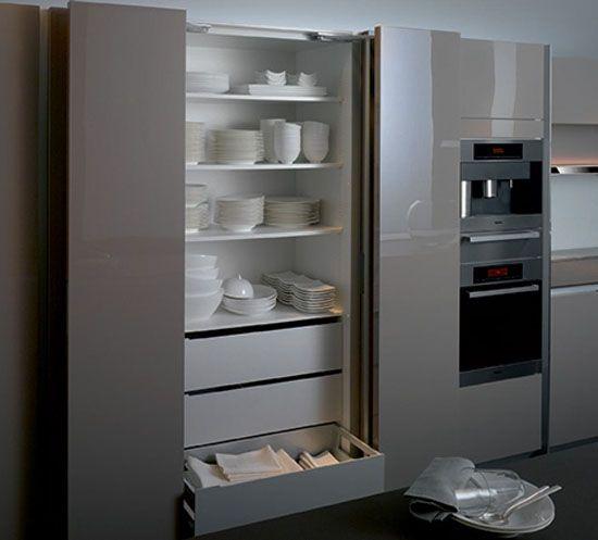 вместительный высокий шкаф для посуды