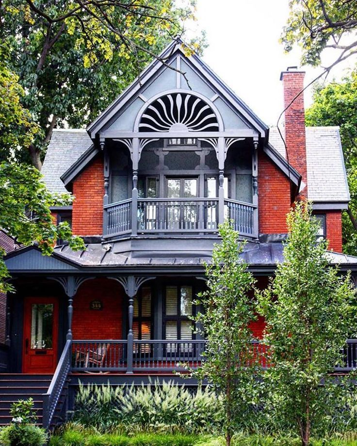 Belle maison de Westmount // Beautiful house in Westmount #mtl #mtlmoments #montreal #architecture photo par/by @fatma_khazala