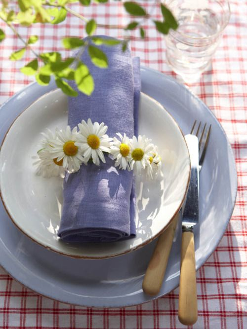 spring daisy table setting