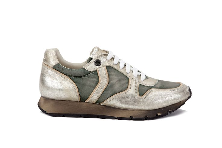 JENNA - Sneaker laminata Per chi ama le tinte mimetiche e il look urban, questa è la sneaker perfetta. Stringata in vitello laminato platino e tessuto delavato color verde militare dall'effetto contemporaneo e allo stesso tempo vintage.