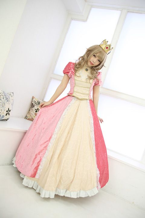 Princess Peach cosplay.