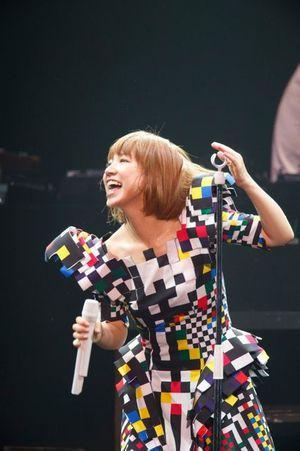 幾何学模様の衣装が素敵。アーティストYukiのライブ