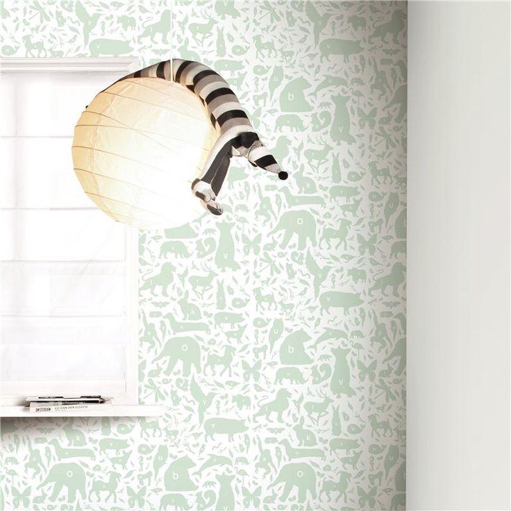 Het wordt een grote beestenboel op de muur met dit KEK Amsterdam behang vol beestjes! Op elk dier staat een letter: de 'k' van konijn, de 'o' van olifant... Weet jij ze allemaal te raden? Een vrolijke en leerzame plaat voor de kinderkamer!