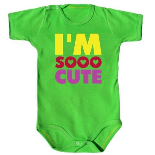 Designul de pe acest body bebe este dragut (cute) asa cum este si cel sau cea care il poarta. Mesajul sau este I'm sooo (cu inimioare) cute.     Daca doriti alta combinatie de culori, scrieti-ne la observatiile comenzii.