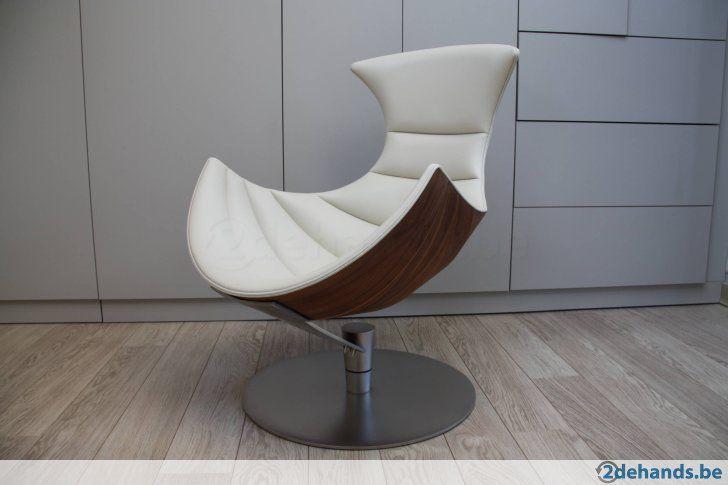 Design lounge zetel 'Lobster' in wit leder en notelaar