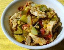 Calabacitas guisadas con pollo, tomate rojo, chile, maíz y epazote.