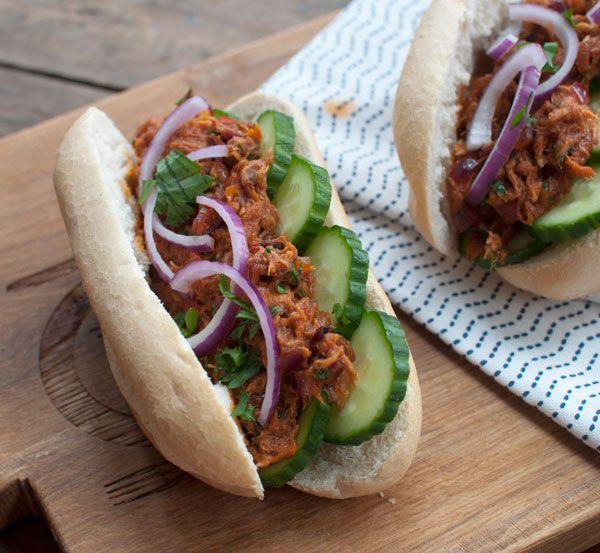 Broodje hete makreel; zoet pittige vis op een knapperig broodje. Lekker als lunch of lichte avondmaaltijd. Een gerechtje met pit!