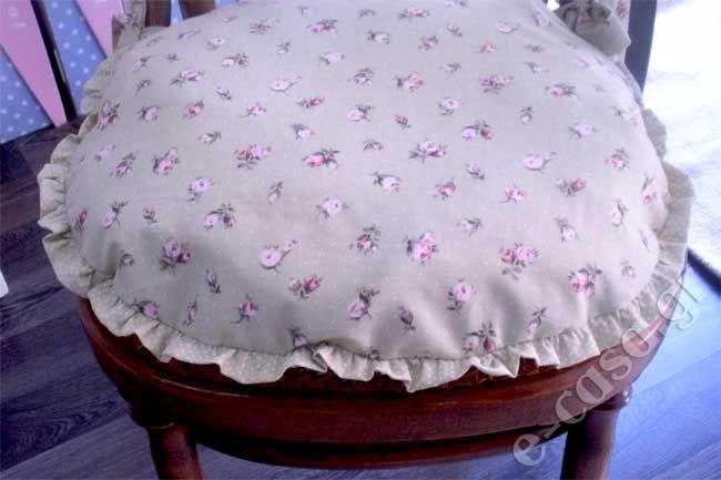 Μαξιλαράκι καρέκλας σε ρομαντικό στυλ με βολανάκι. Ποικιλία σχεδίων και χρωμάτων.  Τιμή 10,00€ το τεμάχιο.