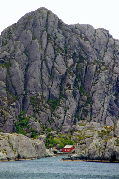 One small house below one huge rock. WoW  Norwegian landscape (by Photos ludiques)