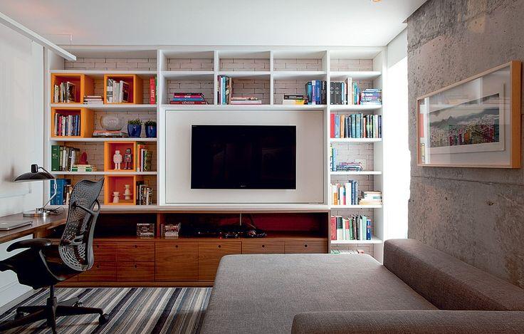 Bastante usados, sala de TV e escritório ficam no antigo terceiro dormitório, aberto para o living. Ali, descascou-se uma coluna, que exibe o concreto aparente. Projeto do arquiteto Maicon Antoniolli.