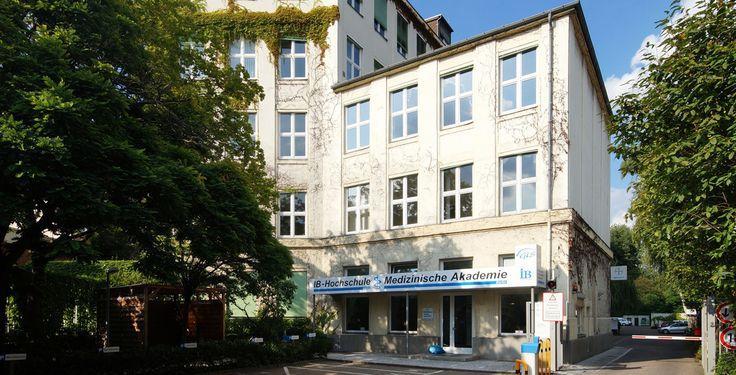 """IB Hochschule """"Berlin- Gerichtstraße- IB-Hochschule Berlin- Außenansicht 8.8.2014"""" von Wikimedia-User Jivee Blau - Eigenes Werk. Lizenziert unter CC BY-SA 3.0 über Wikimedia Commons."""