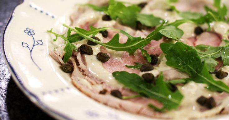 Wellicht de meest verrassende combinatie uit de Italiaanse keuken is 'Vitello tonnato'. Wie het bedacht heeft om kalfsvlees met tonijn te combineren, is Jeroen een raadsel. Maar, het is een sublieme 'primo piatto'!extra materiaal: een staafmixer