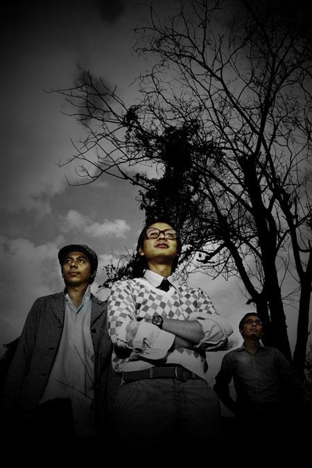 Efek Rumah Kaca adalah grup musik indie yang berasal dari Jakarta. Terdiri dari Cholil Mahmud (vokal, gitar), Adrian Yunan Faisal (vokal latar, bass), Akbar Bagus Sudibyo (drum, vokal latar). Sampai sekarang, band ini sudah mengeluarkan dua buah album studio, yaitu Efek Rumah Kaca pada tahun 2007 dan Kamar Gelap pada tahun 2008.