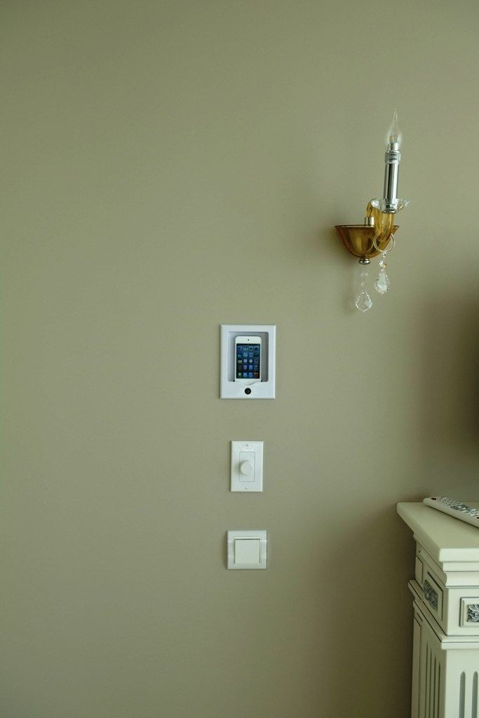 Док станция для iPod и регулятор громкости в кухне. Звук с iPod, в т.ч. интернет радио и прочие аудио источники можно прослушивать через потолочную архитектурную акустику.