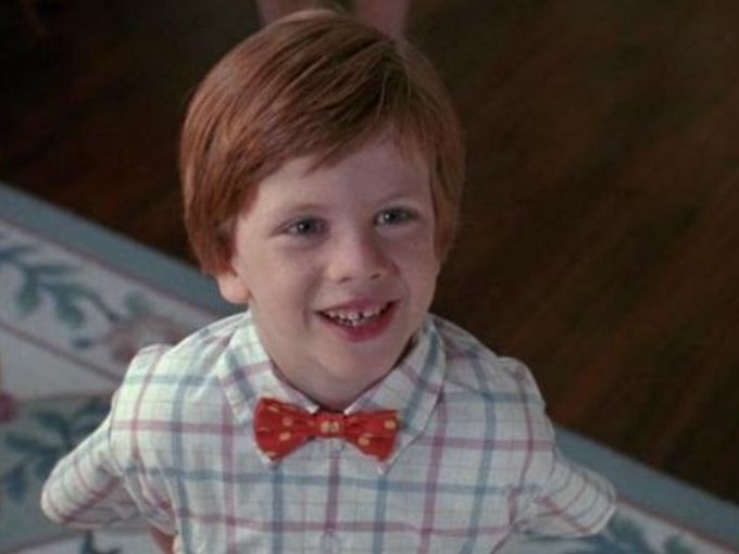 ¿Se acuerdan de Mi Pobre Diablillo? Esa película de 1990 cuyo protagonista era un niño problemático y pelirrojo llamado Junior, que de alguna forma se hace amigo por correspondencia de un asesino serial y usa un moño en el cuello igual que él.