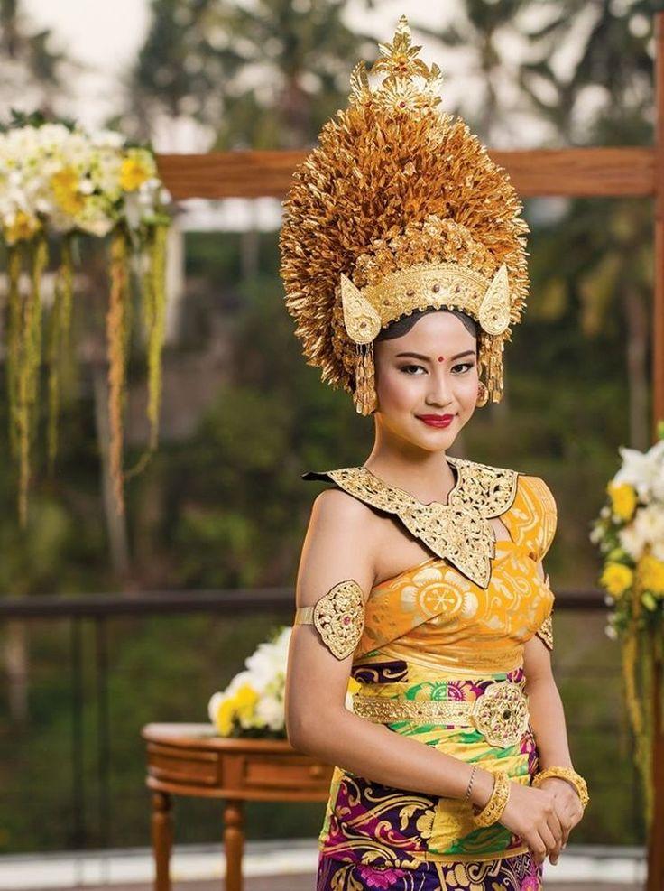 Pengantin Bali Agung dengan keemasannya yang megah via www.weddingku.com