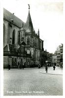 Zwolle-Grote Markt: nr. 7 vis-en fruithandel A. van Doorn, vanaf 1908 op deze locatie gevestigd; nr. 8 Tabaksfabriek van A. Dassen; nr. 9 kantoor en winkel van J.M.W. Waanders, vanaf 1903 hier gevestigd. In 1910 bevond zich op 19a het kantoor van Mij. De Nederlanden. Op Diezerstaat 1, op de hoek met de Roggenstraat, bevond zich vanaf 1891 tot ca. 1970 banketbakkerij Dalenoord. Achter de huizen aan de Grote Markt de toren van de RK Sint-Michaëlkerk (afgebroken in 1965).