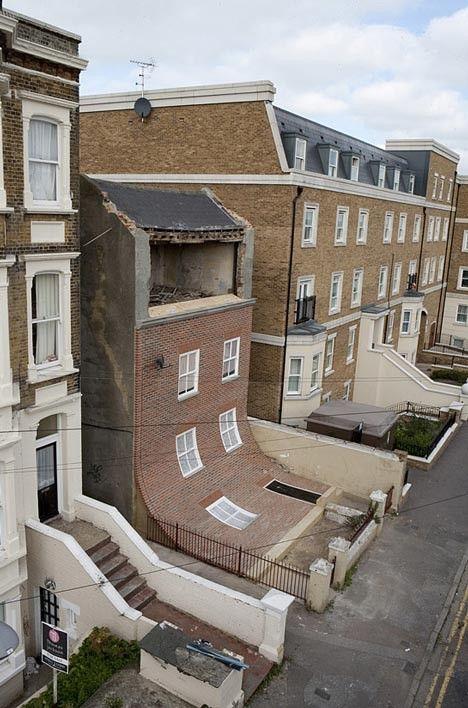 La façade de cette maison dans la ville balnéaire anglaise de Margate semble se détacher de l'ensemble du bâtiment et s'affaisser dans la co...