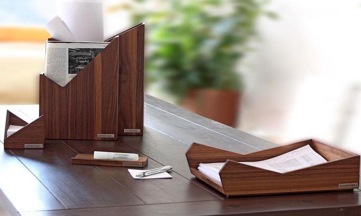 Richten Sie Ihren Schreibtisch edel ein: Die NATUREHOME-Office-Produkte aus massivem Nussbaumholz überzeugen durch das dunkle Vollholz aus zertifiziert nachhaltiger Forstwirtschaft und das schlichte Design mit abgerundeten Linien. Elegant jedoch dezent passt das dreiteilige Set aus Briefablage Stehsammler und Zettelbox sowohl in moderne Arbeitsräume als auch in klassisch eingerichtete Büros. Die Produkte werden in unserer Manufaktur in Deutschland gefertigt und mit Möbelöl geölt  für Gutes…