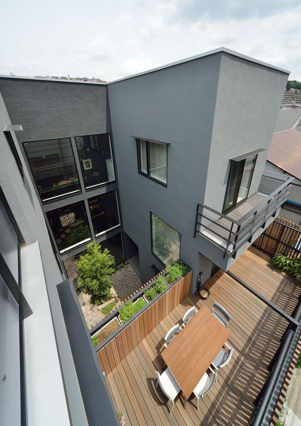 CASE 357   中庭のある2世帯住宅 両世帯が中庭を挟んで暮らす2世帯住宅です。中庭は、程良い距離感を保ちつつ、両世帯の繋がりを確保。バルコニーで繋がることで、一体の庭として楽しむことが出来ます。周囲に対して閉じつつも、開放的で上質な空間構成が、住む人にゆとりを与えてくれる設計となっています。 設計監理:フリーダムアーキテクツデザイン 施工場所:神奈川県横浜市