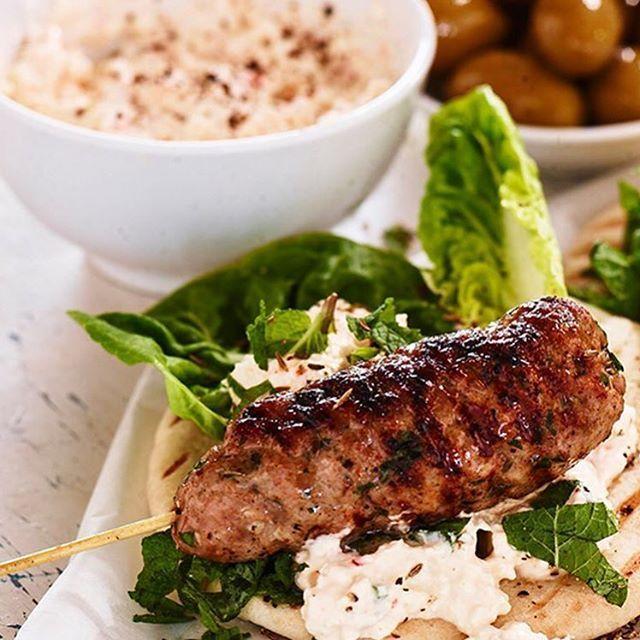 Ikväll blir det lammfärs på spett med grillat pitabröd som toppas med krämig oströra och mynta 😋💚 #arlaköket #arla #recept färs lamm grillmat ost röra