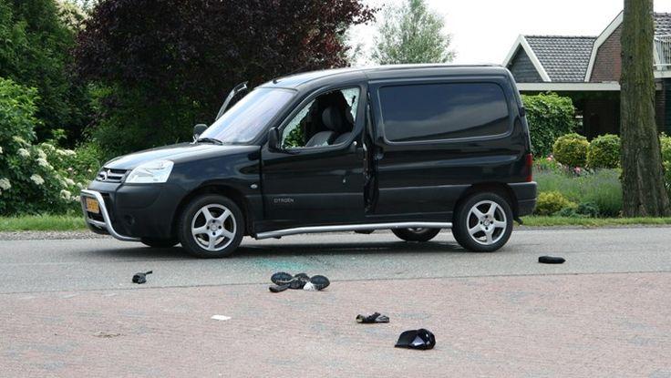 De man vindt haar auto. Je ziet gewoon dat er iets ergs gebeurd is.