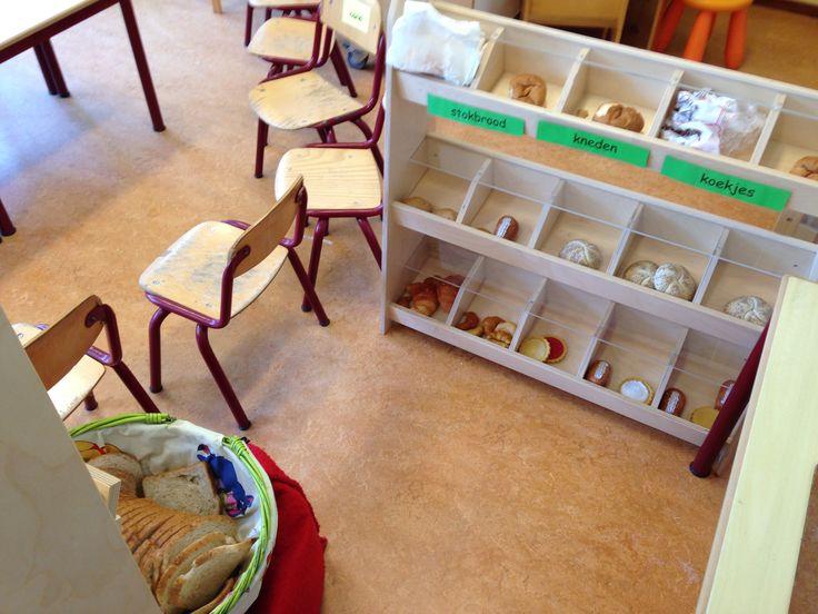 Bakkershoek inrichting, nep broodjes, afgebakken broodjes ( bespoten met haarlak ) - haarlak zorgt ervoor dat het brood verstevigd wordt en minder kruimelt/snel schimmelt. Wel goede instructie bij geven. En een mand met brood.