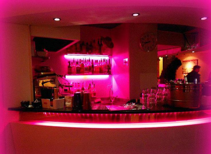 Итальянские happy hours в барах и ресторанах предполагают бесплатные закуски в формате «шведский стол» с неограниченным подходом при оплате только стоимости напитка.  В зависимости от бара happy hours начинаются в 18.30 - 19.30 и длятся в среднем 3 часа.