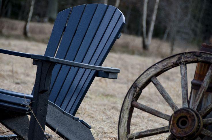 Hållbara, underhållsfria utemöbler från USA. Man sitter fantastiskt bekvämt i stolen och behöver varken dyna eller kudde.