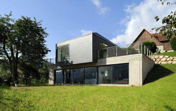 La maison s'intègre parfaitement au terrain en pente douce.
